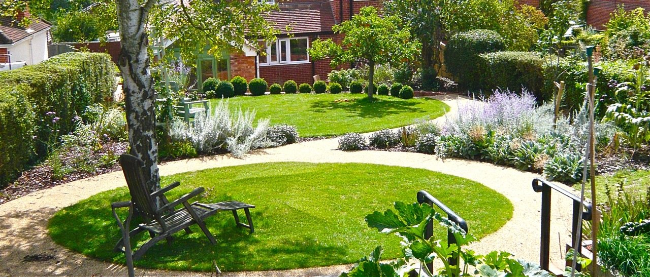 Circular lawns for a small garden in berkshire with for Garden design ideas for medium gardens
