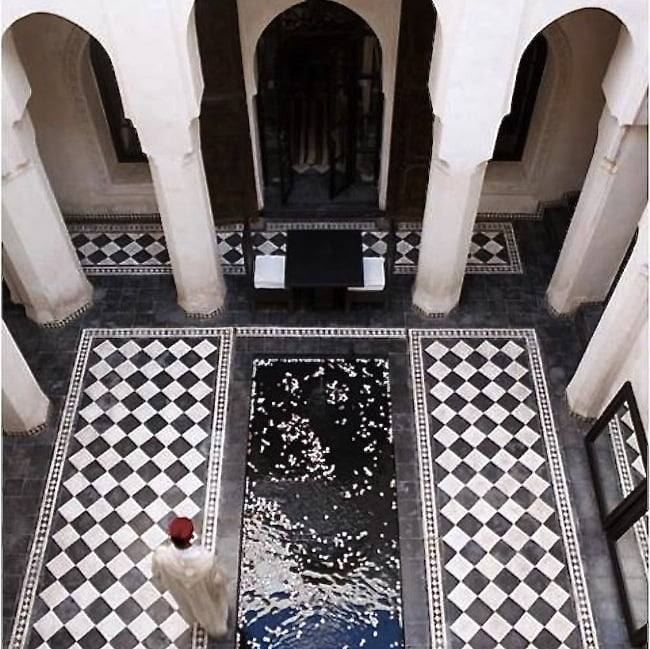 I just love this beautiful courtyard in Morocco - it is so smart & stylish - quite inspiring for me