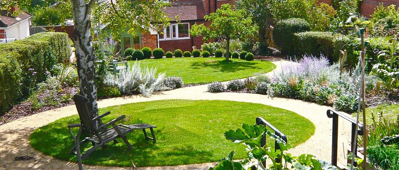 Small gardens circles jo alderson phillips for Circular lawn garden designs