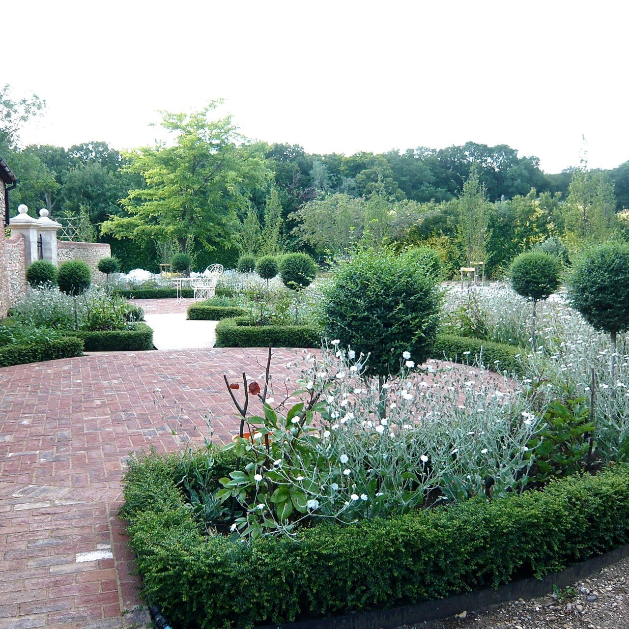 Walled-garden-in-Henley-on-Thames-with-romantic-planting-in-whites-by-Jo-Alderson-Phillips