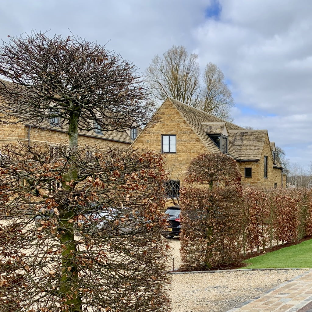 Cotswold famhouse with beech hedging by Jo Alderson Design