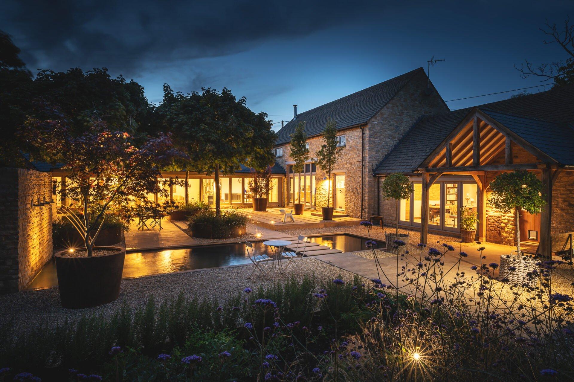 Contemporary courtyard garden by Jo Alderson Phillips